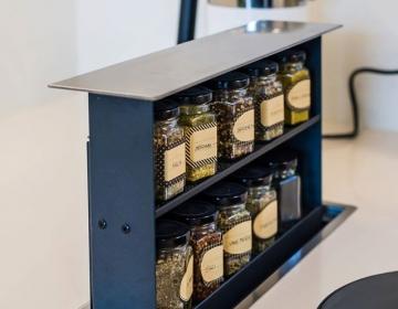 S-Box tööpinnast tõusev maitseaineriiul, tööpinnast tõusev õhupuhastaja ning I-Cooking induktsioonid.